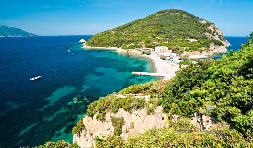 isola d'elba tra spiaggia e rocce